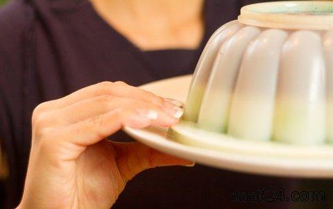 برگرداندن ژله از ظرف پلاستیکی