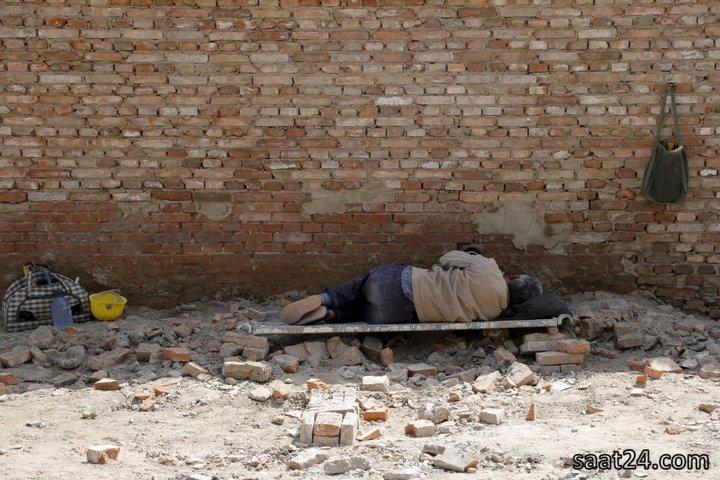 کارگر چینی در حال استراحت در سایت ساختمان سازی