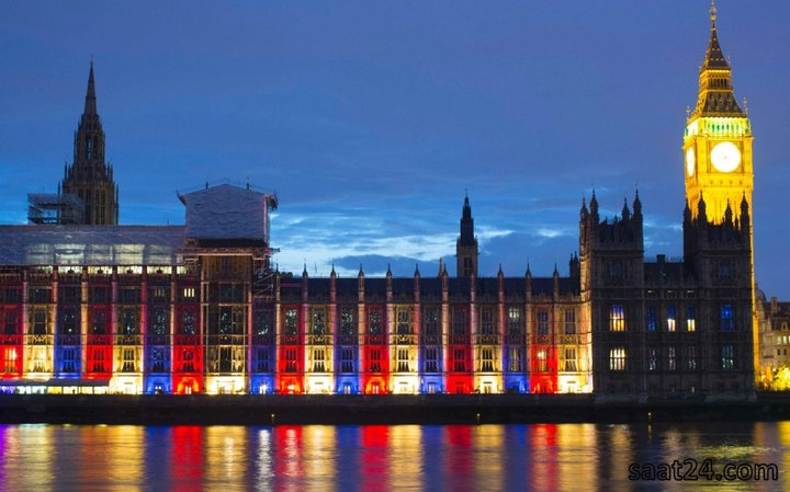قصر وست مینستر در لندن با نورهای آبی، قرمز و سفید رنگ آمیزی شده اند تا روز تولد رسمی ملکه را یادآور شود