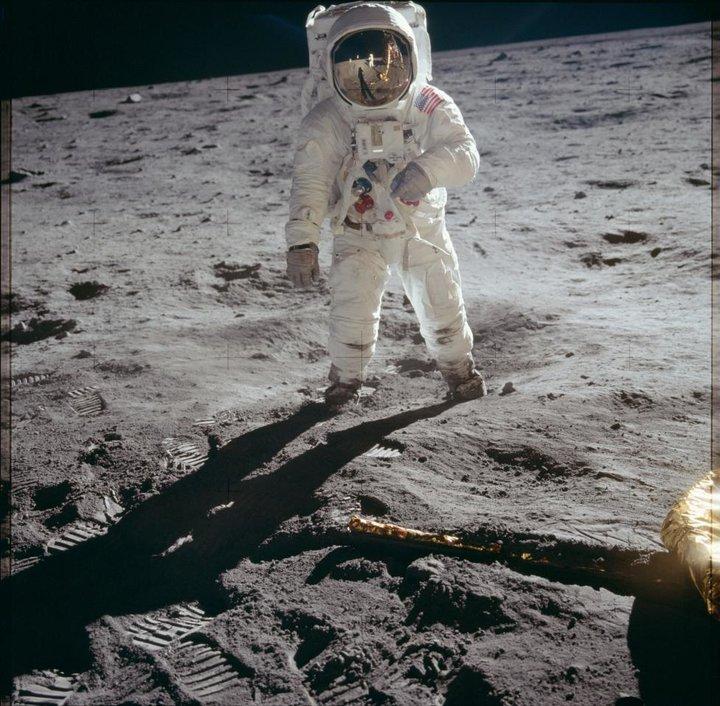 فضانورد ادوین ای باز خلبان ماژول ماه نوردی بر روی سطح ماه قدم می زند - آپولو 11 بیست جولای 1969