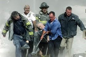 یکی از اعضای دپارتمان آتش نشانی نیویورک بعد از فرو ریختن برج ها به شدت صدمه می بیند