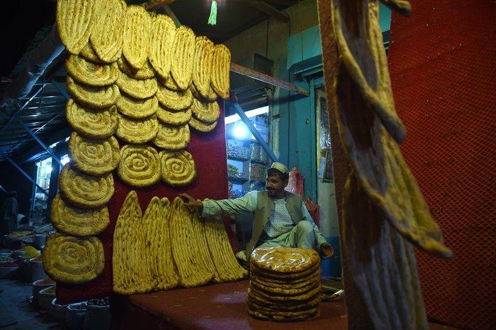 یک نانوایی در افغانستان که آماده ی فروش نان روزانه ی خود می شود