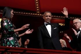 باراک وباما و همسرش در یک مراسم در مرکز کندی برای تجلیل از اوباما