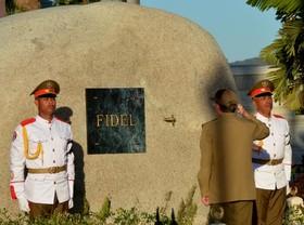 رائول کاسترو پس از انتقال خاکستر فیدل کاسترو به مقبره در مقابل آن سلام نظامی می دهد