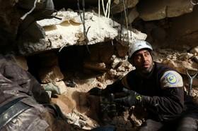 نیروهای امداد در حلب به کمک افرادی که زیرآوار مانده اند رفته اند