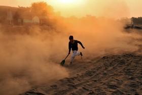 نمایی از کودکی هندی در حال بازی در  جامو شهر مهم در کشمیر تحت کنترل هند