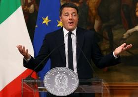 نخست روزیر ایتالیا ماتئورنزی در حال اعلام استعفایش پس از شکست در جلب آرای مردم برای تغییر قانون اساسی
