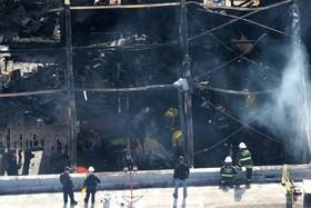 محل انباری که در اوکلند آمریکا در آتش سوخت و بیش از سی سه کشته برجاگذاشت