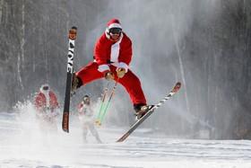 یک مسابقه اسکی بابانوئل ها برای امور خیریه