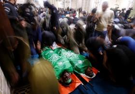 تشییع دو عضو حماس که در فرورسختن یک تونل در در مسجدی در غزه
