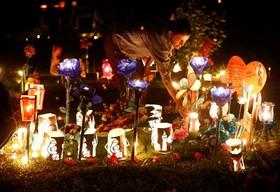 روشن کردن شمع بر سرمزار رفتگان در کلمبیا در جشنواره ای در آستانه سال نو ملادی