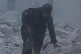 زنی جان بدر برده از آوار بمباران در حلب