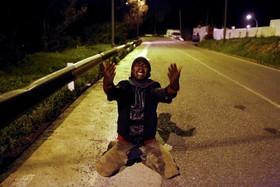 یک مهاجر آفریقایی پس از گذشتن از مرز مناکو و اسپانیا از شادی گریه می کند