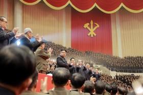 عکسی از کیم جونگ اون رهبر کره شمالی در یک مراسم حزب کمونیست این کشور