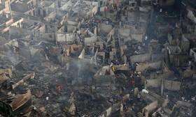 یک حلبی آباد در آتش سوزی از بین رفته در حومه مانیل در فیلیپین.جنگی که رئیس جمهوری فلیپین علیه قاچاق مواد مخدر و معتادان راه انداخته است به تخریب مناطق زندگی آنان نیز کشیده است
