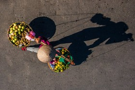 یک دستفروش در هانوی ویتنام