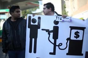 معترضان به افزایش قیمت بنزین در مکزیک با این تابلو ورود به یک پمپ بنزین را مسدود کرده اند