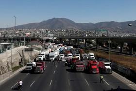 رانندگان کامیون یک اتوبان را در اعتراض به فزایش قیمت سوخت مسدود کرده اند