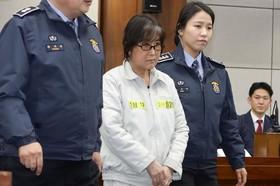 چویی سون سیل زنی که مرکز پرونده فساد در کره جنوبی است و دوست قدیمی رئیس جمهوری کره پارک گون هی در دادگاه