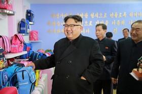 رهبرکره شمالی کیم جونگ اون در حال بازدید از یک کارخانه کیف سازی