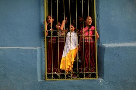 دختران در السالودور در حال تماشای یک آیین مذهبی