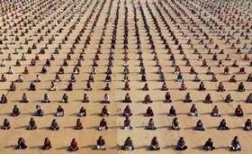 دانش آموزان در یک مراسم تمیرین یوگا در مرکزی در احمد آباد در هند