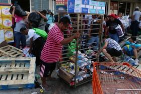 حمله تظاهرکنندگاه علیه افزایش قیمت بنزین به یک فروشگاه مواد خوراکی در مکزیک