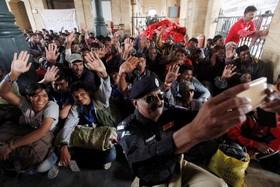 سلفی پلیس با ماهیگیرانی که به اتهام ماهیگیری در مناطق غیر قانونی بازداشت شده اند پیش از آزادی