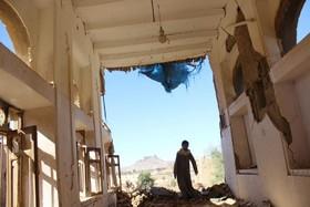 کودکی در خانه ای ویارن شده از بمباران عربستان در سعدا در یمن
