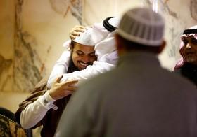 مردی سر یک یمنی تازه آزاد شده از زندگان گوانتانامو را در فرودگاه ریاض می بوسد