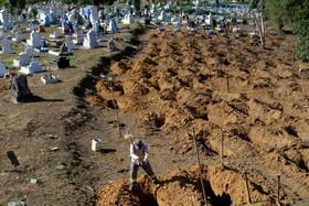 کندن قبر برای زندانیانی که در شورش زندان در مانوس در برزیل کشته شدند