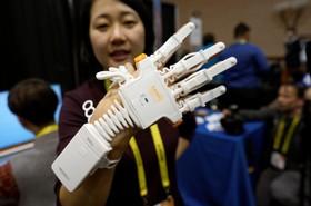 آخرین دستاورد های فناوری های نوین:دستکشی که به افرادی که در دست های خود ناتوانی حرکتی دارند کمک می کند