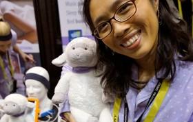 آخرین دستاورد های فناوری های نوین:رباتی که به شکل بره ساخته شده و با هدف نگهداری کودکان و سرگرم کردن آنان ساخته شده است