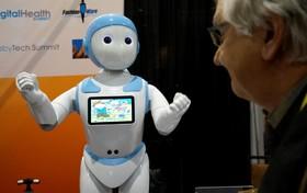 آخرین دستاورد های فناوری های نوین:رباتی که به عنوان همکار پرستار و سرگرم کننده بزرگسالان با یک صفحه نمایش در نمایشگاه عرضه شده است