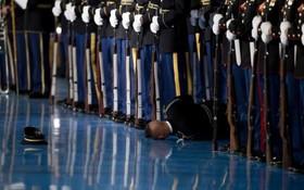 غش کردن یک سرباز گارد احترام در امریکا هنگام مراسم برای اوباما