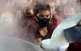 مراسم مذهبی بودیست ها تبت در حال تقسیم شیر میان روحانیون