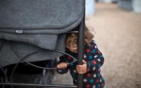 یک آواره دوساله سوری از کوبانی در آتن