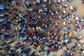 مسابقه بالا رفتن از یک چوب روغنی در چشن به مناسبت سالگرد استقلال میانمار