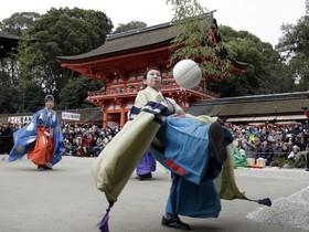 یک مراسم مذهبی در معبد سیموگامو در یوتو در ژاپن در حال ضربه زدن به یک توپ ساخته شده از پوست گوزن