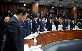 اعضای پارلمان کره در حال ادای احترام به کشته شدگان در حادثه کشتی مسافری که هزارمین روزش است در در جریان یک تظاهرات علیه رئیس جمهوری کره سئول