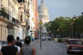 فلیکس گوئیرولا 52 ساله درحال راندن دوچرخه ای که خودش ساخته در هاوانا کوبا وی با این دوچرخه هفت و نیم متر ارتفاعی قصد دارد تبلیغات جذب کند