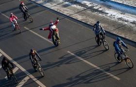شرکت کنندگان در یک مسابقه دوچرخه سواری در مسکو