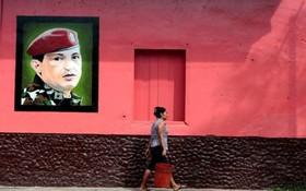 نمایی از یک خیابان در شهر آلتاگراسیا در ونزوئلا با تصویری از هوگوچاوز