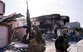 یک سرباز عراقی در حومه موصل در حال شلیک به سوی یک پهپاد داعش
