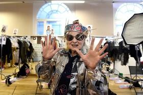 ویوین وستوود طراح لباس در یک برنامه نمایش طرح هایش پشت صحنه در لندن