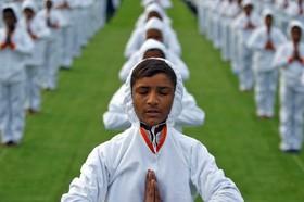 احمد آباد هند دانش آموزان در یک مراسم جمعی یوگا
