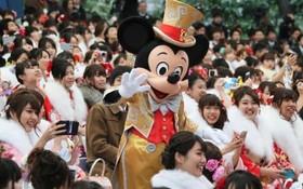 چشن بیست سالگی خانم ها سنتی در میان مردم ژاپن که در یک شهربازی گرد آمده اند