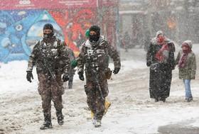 میدان استقلال در استانبول در میان برف و گشت نیروهای ویژه پلیس