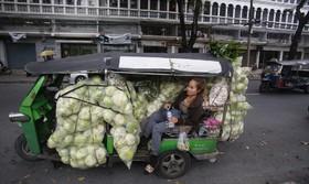 حمل مواد غذایی با تاکسی های سه چرخه در بانکوک تایلند