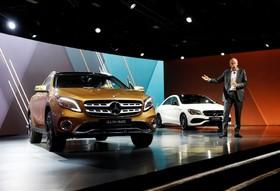 نمایشگاه خودرو دیترویت:دیترزتش رئیس هیات مدیریه دایملر آ جی در کنار دو ماشین بنز درحال صحبت در نمایشگاه دیترویت آمریکا